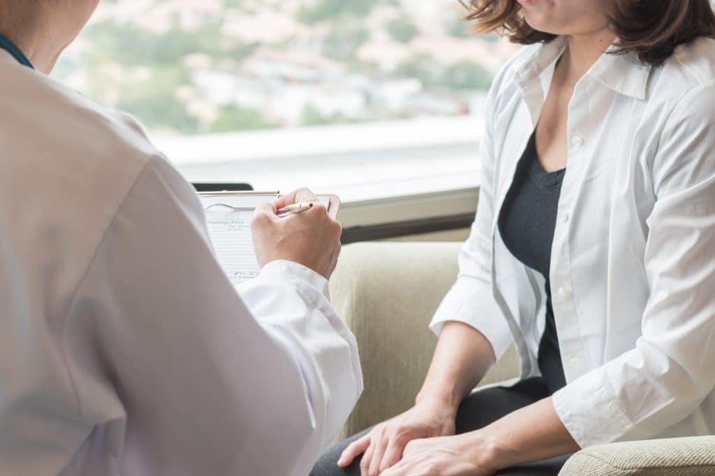 Consultation avec le docteur Diacakis avant une vaginoplastie